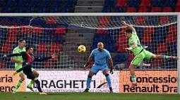 Pemain Bologna, Nicola Sansone, mencetak gol ke gawang Lazio pada laga Liga Italia di Stadion Renato Dall'Ara, Minggu (28/2/2021). Lazio takluk dengan skor 2-0. (Massimo Paolone/LaPresse via AP)