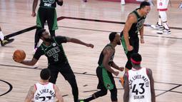 Pebasket Boston Celtics, Jaylen Brown, merayakan kemenangan atas Toronto Raptors pada semifinal playoff NBA wilayah timur di AdventHealth Arena, Sabtu (12/9/2020). Boston Celtics menang 92-87 atas Toronto Raptors.  (AP Photo/Mark J. Terrill)