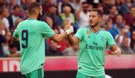 Gelandang Real Madrid, Eden Hazard berselebrasi dengan rekannya Karim Benzema setelah mencetak gol ke gawang Red Bull Salzburg pada laga persahabatan di Red Bull Arena, Austria (8/8/2019). Winger asal Belgia itu mencetak gol perdananya untuk klub barunya Real Madrid. (AFP Photo/Krugfoto)