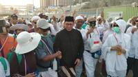 Menteri Agama Lukman Hakim Saifuddin saat menyalami jemaah haji Indonesia. (www.kemenag.go.id)