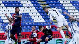 Striker Juventus, Cristiano Ronaldo, mencetak gol ke gawang Cagliari pada laga Liga Italia di Sardegna Arena, Minggu (14/3/2021). Juventus menang dengan skor 3-1. (Alessandro Tocco/LaPresse via AP)