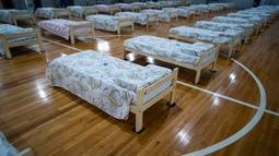 Tempat tidur untuk pasien yang terinfeksi virus corona Covid-19 diletakkan di gimnasium tempat berlatih timnas futsal Asosiasi Sepakbola Argentina (AFA) di pinggiran Buenos Aires, Senin (13/4/2020). AFA menjadikan markas timnas futsalnya sebagai tempat perawatan pasien corona. (AP/Victor R Caivano)