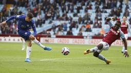 Pemain Chelsea, Mason Mount, melepaskan tendangan saat melawan Aston Villa pada laga Liga Inggris di Stadion Villa Park, Minggu (23/5/2021). Chelsea tumbang dengan skor 2-1. (Richard Heathcote/Pool via AP)