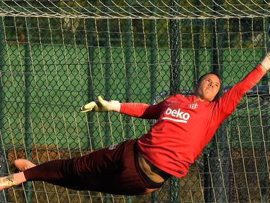 Kiper Barcelona, Marc-Andre Ter Stegen menepis bola saat berlatih di Joan Gamper Sports Center, Sant Joan Despi, Spanyol, Selasa (23/10). Barcelona akan menjamu Inter Milan pada Grup B Liga Champions. (LLUIS GENE/AFP)