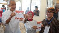 Calon Gubernur Jawa Tengah Ganjar Pranowo dan istri Nyoblos di TPS 2 (Liputan6.com/Jenar Kiansantang)