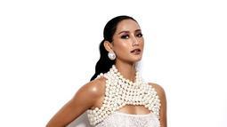 Saat menjalani berbagai pemotretan, Ayu Maulida tampil totalitas. Kali ini, wanita 24 tahun tersebut tampak elegan dengan gaun slim fit berwarna putih. Tak memakai banyak aksesoris, ia terlihat memesona. (Liputan6.com/IG/@ayumaulida97)