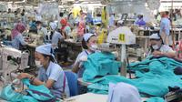 Aktivitas pekerja di PT Pan Brother,Tangerang, Banten, Selasa (13/10/2015). Industri tekstil di dalam negeri terus menggeliat. Hal ini ditandai dengan adanya peningkatan produksi dan aliran investasi di dalam dan luar negeri. (Liputan6.com/Angga Yuniar)
