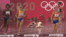Sara Petersen dari Denmark (tengah) terjatuh saat Femke Bol (kanan) dari Belanda berlomba untuk memenangkan perlombaan lari gawang 400 meter putri Olimpiade Tokyo 2020 di Tokyo, Jepang, Senin (2/8/2021). (AP Photo/Charlie Riedel)