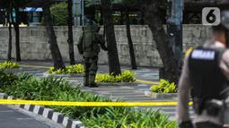 Anggota Gegana memeriksa sebuah tas mencurigakan yang ditaruh di depan Hotel Kempinski, Bundaran HI, Jakarta, Kamis (16/4/2020). Dalam pemeriksaan yang dilakukan anggota Gegana diketahui bahwa tas tersebut kosong. (Liputan6.com/Faizal Fanani)