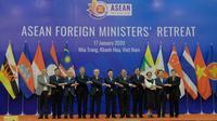 Para menteri luar negeri ASEAN menyilangkan dan berjabat tangan dalam acara ASEAN Foreign Ministers' Meeting pada 17 Januari 2020 di Nha Trang, Vietnam. (Source: Kemlu RI)