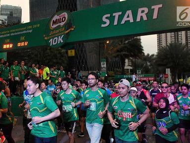 Peserta mengikuti lomba lari Milo Jakarta International 10K di kawasan Epicentrum, Jakarta, Minggu (15/7). Ajang lomba lari 10 Kilometer ini diikuti 16.000 peserta yang terbagi menjadi tiga kategori Open, Closed, dan Pelajar. (Liputan6.com/Faizal Fanani)