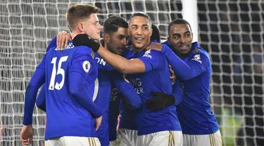Para pemain Leicester City merayakan gol yang dicetak rekannya, Ayoze Perez ke gawang West Ham United pada pekan 24 Liga Inggris 2019-2020 di Stadion King Power, Rabu (22/1/2020). Menjamu West Ham , Leicester City berhasil menang meyakinkan dengan skor akhir 4-1. (AP/Rui Vieira)