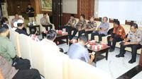 Kapolda Jatim, Irjen Pol Luki Hermawan menggelar pertemuan dengan organisasi pemuda dan organisasi masyarakat serta tokoh masyarakat yang ada di wilayah Surabaya dan sekitarnya. (Foto:Liputan6.com/Dian Kurniawan)