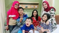 Adelia Pasha rukun dan damai bersama  Okie Agustina yang sedang dirawat di rumah sakit (Instagram/@adeliapasha)