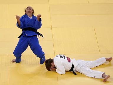 Odette Giuffrida dari Italia (kiri) bereaksi setelah mengalahkan Reka Pupp dari Hongaria dalam pertandingan judo medali perunggu kelas 52kg putri Olimpiade Tokyo 2020, di Tokyo pada 25 Juli 2021. AP Photo/David Goldman)