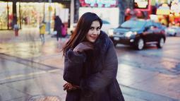 Gaya berbusana Syahnaz selama berada di luar negeri memang kece dan modis banget. Nggak berlebihan, begini lah saat Nanas mengenakan jaket tebal dan sarung tangan berwarna cokelatnya. (Instagram/syahnazs)