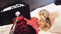 Buket Bunga sewaan ini bisa bantu wanita buat cemburu orang-orang dengan 101 bunga mawar. (Foto : Odditycentral.com)