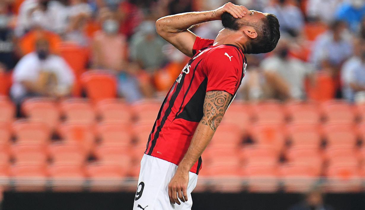 Penyerang AC Milan, Olivier Giroud mengusap wajahnya setelah kehilangan peluang gol saat melawan Valencia dalam pertandingan persahabatan di Stadion Mestalla di Valencia (4/8/2021). Bermain imbang 0-0 di waktu normal, AC Milan kalah atas Valencia lewat adu penalti 5-3. (AFP/Jose Jordan)