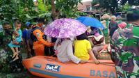 Ilustrasi - Petugas mengevakuasi korban banjir di Kroya, Cilacap, Jawa Tengah. (Foto: Liputan6.com/Basarnas)