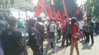 Suasana aksi menolak pertambangan galian C di Boyolali oleh warga Kwarasan di depan kantor Gubernur Jateng. (foto: Liputan6.com/felek wahyu)