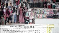 Pedagang berjualan di Jembatan Penyeberangan Multiguna (JPM) atau Skybridge Tanah Abang, Jakarta, Rabu (23/1). Menurut Ombudsman DKI Jakarta, premanisme di Tanah Abang sulit diberantas hanya mengandalkan penegakan hukum. (Liputan6.com/Faizal Fanani)