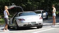 Jutsin Bieber dan Hailye Baldwin berdiri di samping Mercedes-Benz SLS yang mogok dipersimpangan jalan kawasan Hamptons, Amerika Serikat.(Autoevolution)