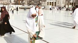 Terlihat beberapa foto di akun Instagram, Niki sangat memesona dengan balutan hijabnya. Niki terlihat begitu cantik dan santun. Bahkan, terlihat juga Niki menggunakan niqab atau cadar saat di Mekkah. (Instagram)