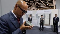 Sebuah mangkuk berusia 1.000 tahun dari Dinasti Song diperlihatkan seorang staf Balai Lelang Sotheby di Hong Kong, Selasa (3/10). Benda itu terjual kepada seorang pembeli anonim setelah melalui adu penawaran selama 20 menit. (AP/Kin Cheung)
