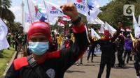 Buruh dari berbagai aliansi menggelar aksi memperingati Hari Buruh Internasional atau May Day di Jakarta, Sabtu (1/5/2021). Dalam aksinya mereka meminta pemerintah untuk mencabut Omnibus Law dan memberlakukan upah minimum sektoral (UMSK) 2021. (Liputan6.com/Angga Yuniar)