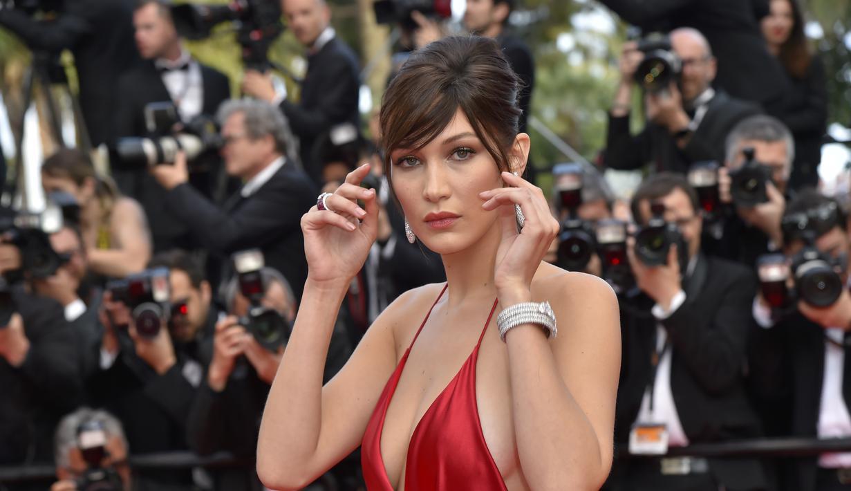 Bella Hadid kembali membuat netizen tercengang. Adik dari Gigi Hadid ini berani berpose bugil alias tanpa busana untuk majalah Vogue. Bella tidak sendirian, ia ditemani oleh model Victoria's Secrets, Taylor Hill. (AFP/Bintang.com)