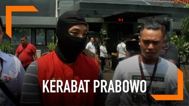 Polda Metro Jaya menyerahkan tersangka kasus pembobolan uang nasabah ke Kejari Jakarta Selatan. Tersangka Ramyadjie Priambodo telah 91 kali beraksi di mesin ATM.