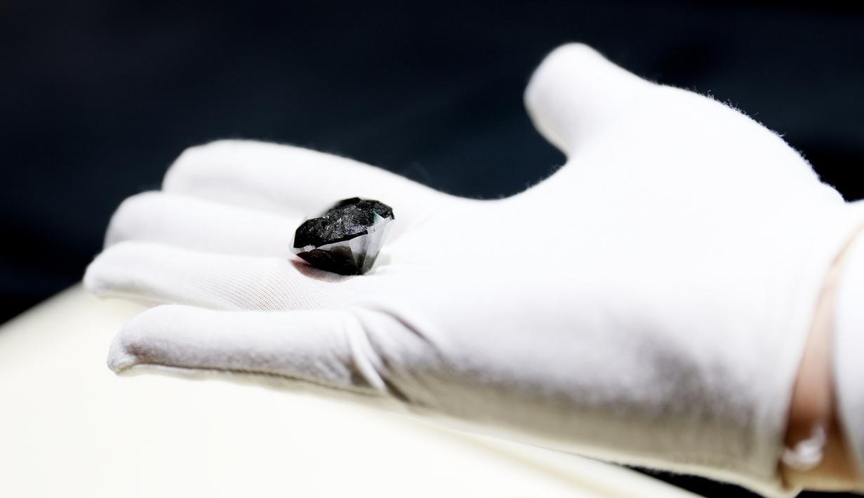 Sebuah berlian hitam berbobot 88 karat dipertunjukkan di Shanghai, China pada 26 Oktober 2020. Dengan nilai diperkirakan mencapai 37 juta dolar AS, berlian dari Paris tersebut akan dipamerkan dalam China International Import Expo (CIIE) ketiga mendatang di Shanghai. (Xinhua/Fang Zhe)