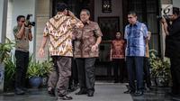 Capres nomor urut 02 Prabowo Subianto memberi hormat kepada Ketum Partai Demokrat Susilo Bambang Yudhoyono (SBY) jelang pertemuan membahas strategi Pilpres 2019 di kediaman SBY, Mega Kuningan, Jakarta, Jumat (21/12). (Liputan6.com/Faizal Fanani)