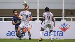 Penyerang Bali United, Ilija Spasojevic (tengah) berusaha mengontrol bola saat melawan Persita Tangerang dalam laga pekan ke-4 BRI Liga 1 2021/2022 di Stadion Pakansari, Bogor, Jumat (24/09/2021). Bali United menang 2-1. (Bola.com/Bagaskara Lazuardi)
