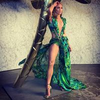 Jennifer Lopez berhasil tampil mengagumkan di atas panggung runway Versace (Foto: Instagram/ @j.lo)