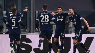 Para pemain Juventus merayakan gol pertama yang dibuat bek Danilo (kedua dari kanan) ke gawang Sassuolo dalam laga lanjutan Liga Italia Serie A 2020/21 pekan ke-17 di Juventus Stadium, Minggu (10/1/2021). Juventus menang 3-1 atas Sassuolo. (AFP/Marco Bertorello)