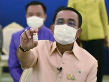 PM Thailand Prayuth Chan-ocha menunjukan vaksin Covid-19 AstraZeneca sebelum disuntik di Bangkok, Thailand (16/3/2021). Prayuth menjadi orang pertama di negara itu yang diinokulasi dengan vaksin AstraZeneca setelah peluncurannya ditunda. (Government Spokesman Office via AP)