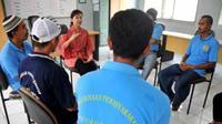 Sejumlah narapidana mengikuti terapi penyembuhan narkoba di Lapas Narkotika Nusakambangan, Cilacap, Jateng. (Antara)