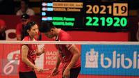 Ganda campuran Indonesia, Debby Susanto (kiri) berbincang dengan Praveen Jordan di laga melawan Joachim/Christina di Total BWF World Championships 2015, Jakarta, Kamis (13/8/2015). Jordan/Debby unggul 22-20, 19-21, 23-21. (Liputan6.com/Helmi Fithriansyah)
