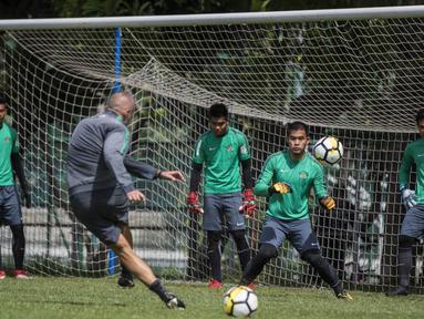 Kiper Timnas Indonesia, Andritany Ardhiyasa, berusaha menangkap bola saat latihan di Lapangan ABC Senayan, Senin (19/2/2018). Latihan ini merupakan persiapan jelang Asian Games 2018. (Bola.com/Vitalis Yogi Trisna)