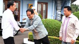 Presiden Joko Widodo didampingi Menteri ATR/Kepala Badan Pertanahan Nasional Sofyan Djalil dan Kepala Staf Kepresidenan Moeldoko sebelum bertolak ke Provinsi Lampung dari Lanud Halim Perdanakusuma, Jakarta, Minggu (21/1). (Foto: Biro Pers Setpres)