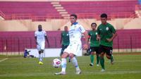 Gelandang Persib, Esteban Vizcarra (putih), menguasai bola dari kepungan pemain PSS di Stadion Sultan Agung, Bantul (17/2/2020). (Bola.com/Vincentius Atmaja)