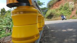 Teknologi roller barrier terpasang di tanjakan letter S Kampung Bantarselang, Kecamatan Cikidang, Kabupaten Sukabumi, Minggu (6/1). Roller barrier tersebut menjadi yang pertama di Jawa Barat, dan kedua di Indonesia setelah Aceh. (Merdeka.com/Arie Basuki)