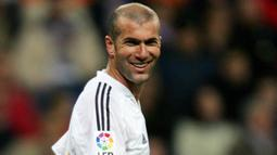 2. Zinedine Zidane – Legenda Prancis ini merupakan pemain tengah terbaik sekaligus maestro sepak bola dunia. Pelatih Real Madrid itu pernah merasakan banyak gelar mulai juara Piala Dunia, Liga Champions dan La Liga. (AFP/Philippe Desmazes)