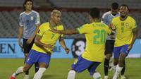 Pemain Brasil, Richarlison, merayakan gol yang dicetaknya ke gawang Uruguay bersama Roberto Firmino dan Gabriel Jesus. Brasil menang 2-0 atas Uruguay dalam Kualifikasi Piala Dunia 2022 zona Amerika Selatan, di Centenario Stadium, Montevideo, Rabu (18/11/2020) pagi WIB. (RAUL MARTINEZ / POOL / AFP)