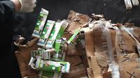 Paket diduga bom ditemukan di salah satu rumah warga, di Jalan Sungai Pareman 1, Kelurahan Lajangiru, Kecamatan Ujung Pandang, Kota Makassar. (Liputan6.com/ Fauzan)