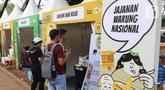 Pengunjung melihat Festival Gerakan Warung Nasional (FGWN) di Lapangan Banteng, Jakarta, Sabtu (14/12/2019). Acaran bertujuan menyadarkan pentingnya partisipasi warung dan usaha menengah kecil dan mikro (UMKM) Indonesia dalam membangun perkembangan ekonomi. (Liputan6.com/Angga Yuniar)
