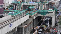 Aktivitas pekerja saat menyelesaikan Jalur 5A Light Rail Transit (LRT) Kelapa Gading-Velodrome, Jakarta, Kamis (19/4). Jalur 5A LRT Kelapa Gading-Velodrome diperkirakan rampung dan mulai diuji coba pada Juli 2018. (Merdeka.com/Iqbal Nugroho)