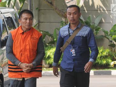 Bendahara Umum KONI Jhonny E Awuy (kiri) tiba di Gedung KPK, Jakarta, Senin (7/1). Jhonny akan menjalani pemeriksaan perdana pascaterjaring Operasi Tangkap Tangan (OTT) KPK. (Merdeka.com/Dwi Narwoko)
