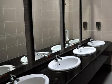 Toilet didalam ruang ganti pemain yang akan digunakan Timnas Indonesia nanti malam di Laga AFF Suzuki 2012.